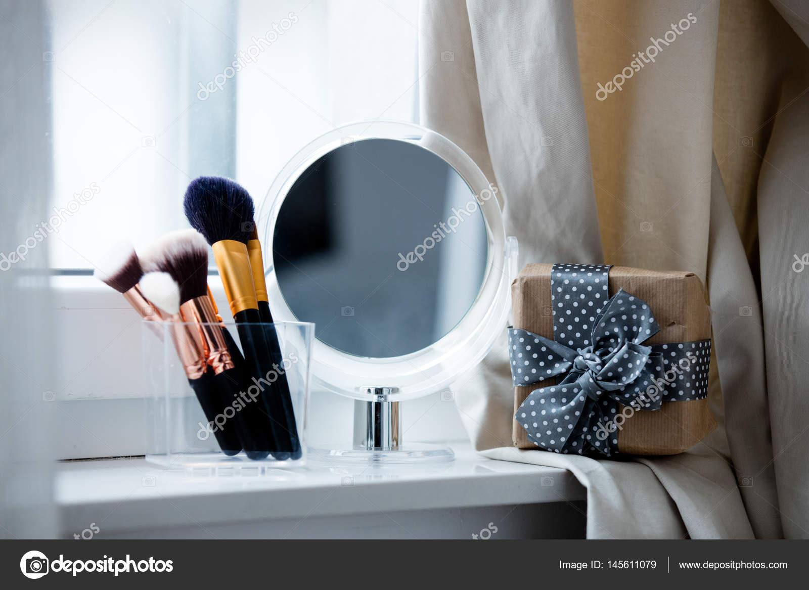 Spiegel Make Up : Make up el und spiegel auf der fensterbank u stockfoto