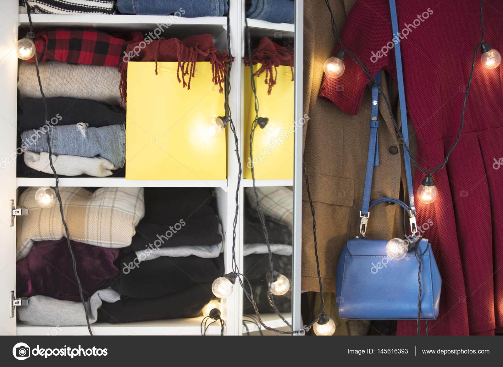 Schöne Moderne Schrank Voller Kleidung Mit Elektrischen Garland Und  Weiblichen Handtasche U2014 Foto Von VeraSimon