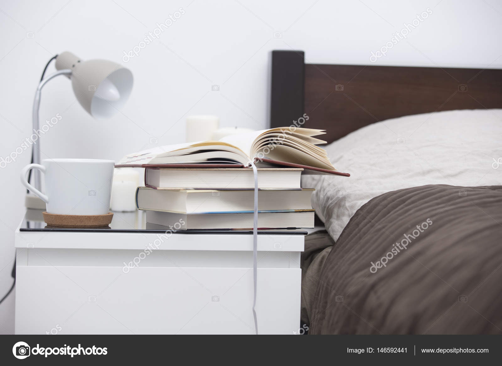 tabel bij bed in gezellige slaapkamer stockfoto
