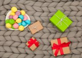 Photo colorful marshmallows and gifts