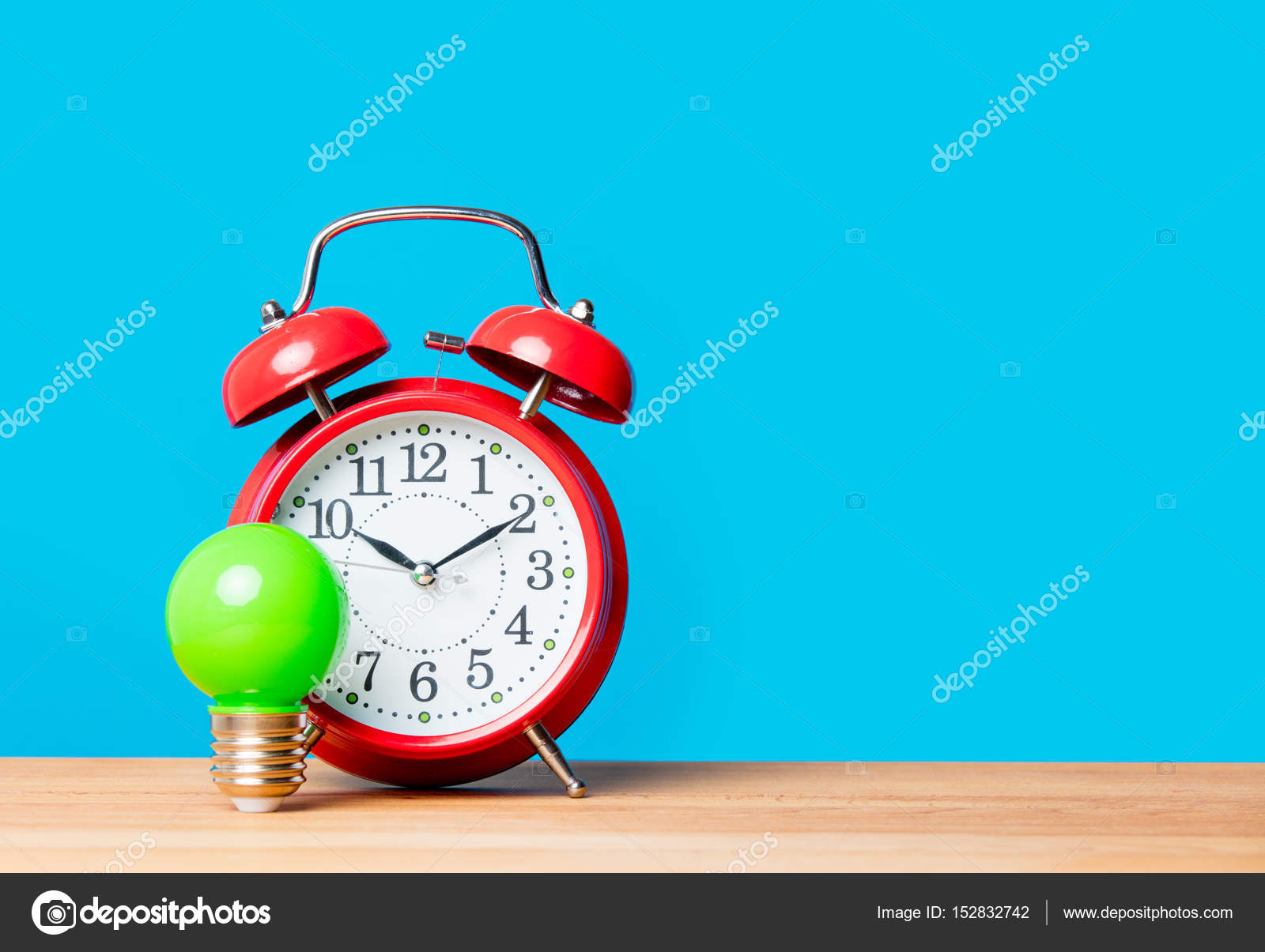 Wekker Met Licht : Gloeilamp en wekker u2014 stockfoto © verasimon #152832742