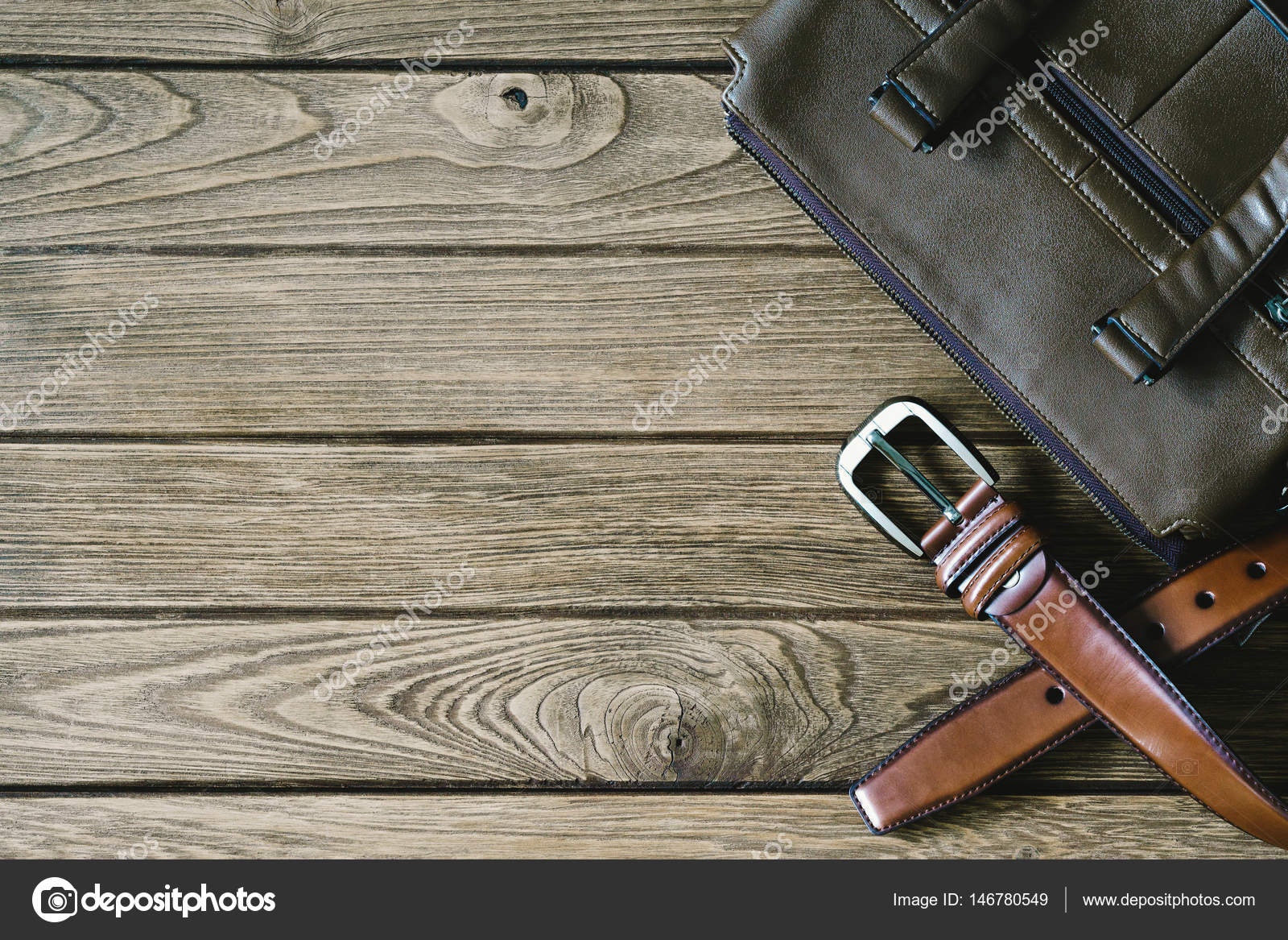50-70% di sconto servizio duraturo ottenere a buon mercato cintura in pelle marrone e borsa sul tavolo di legno, vista ...
