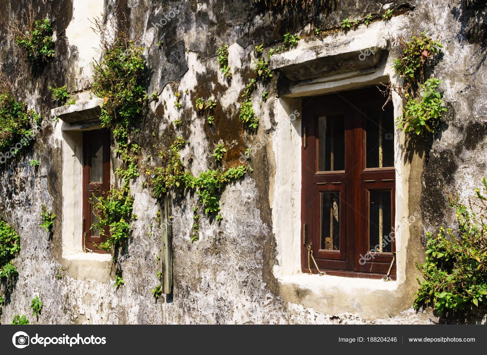 Exterior pared viejo con viejo granero vintage madera ventanas detai ...