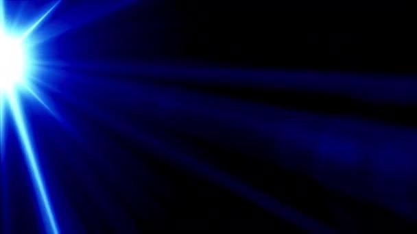 Absztrakt világoskék optikai lencse fáklyák átmenet hurok fénysugarak és csík. 4K gyönyörű fény szivárgás lencse fáklya mozog a függőleges bal háttér és overlay.