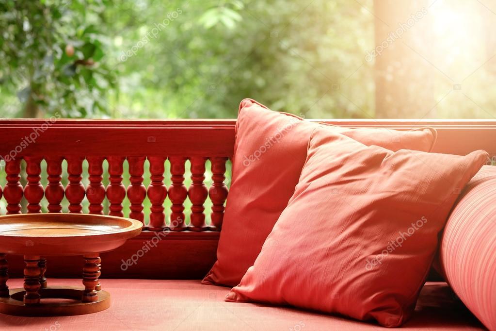 Stolikami Na Tarasie Z Poduszką I Mały Stolik Drewniany Zdjęcie