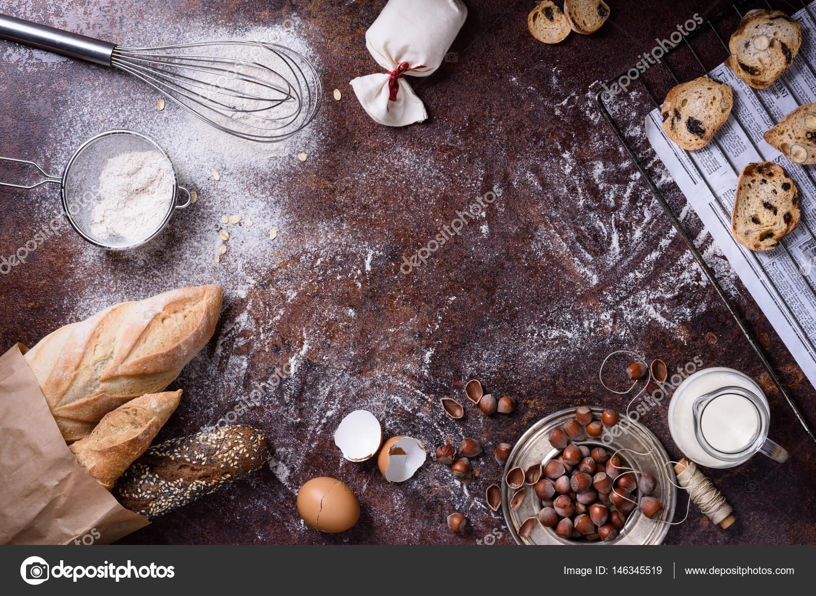 Bäckerei-Hintergrund, Backzutaten über rustikale Küchentisch ...