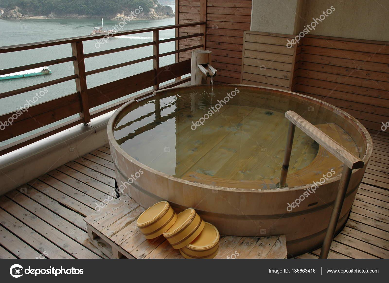 Vasca Da Bagno Tradizionale : Vasca da bagno tradizionale giapponese realizzato u foto stock