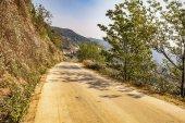 Strada vuota al momento della giornata