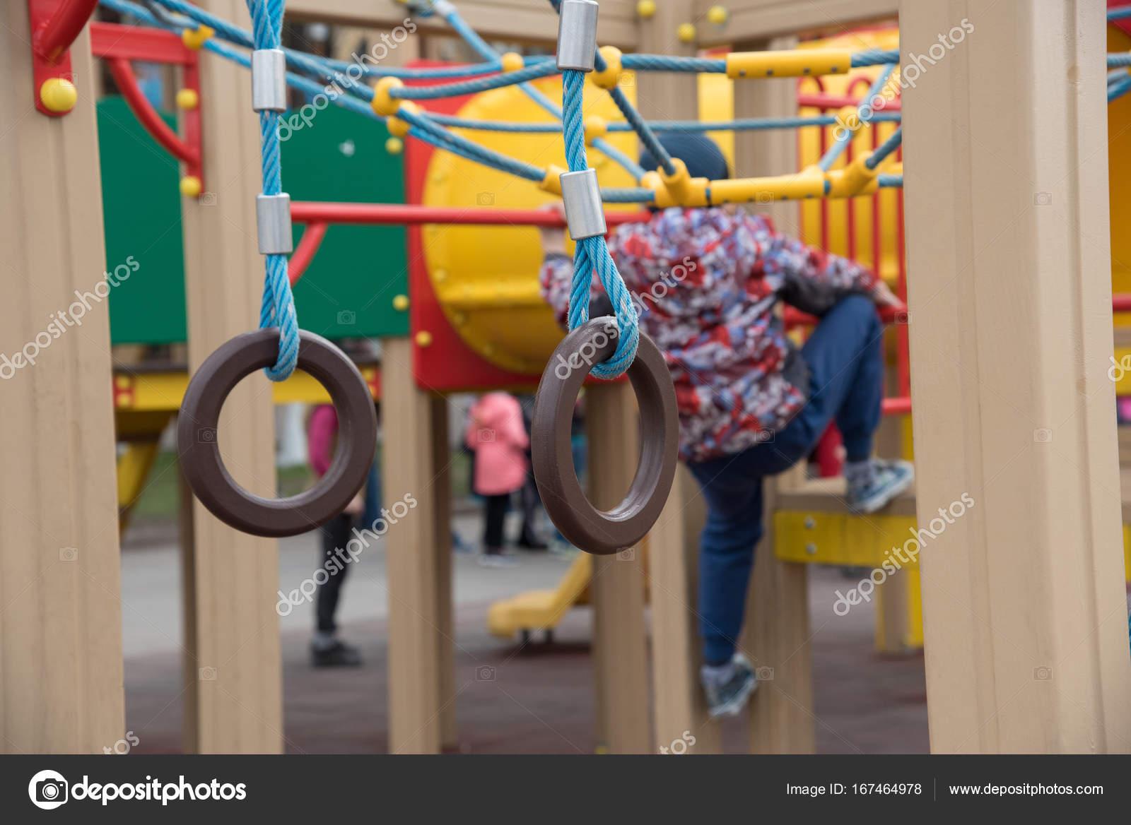Parco giochi per bambini in strada su piastrelle in gomma u2014 foto