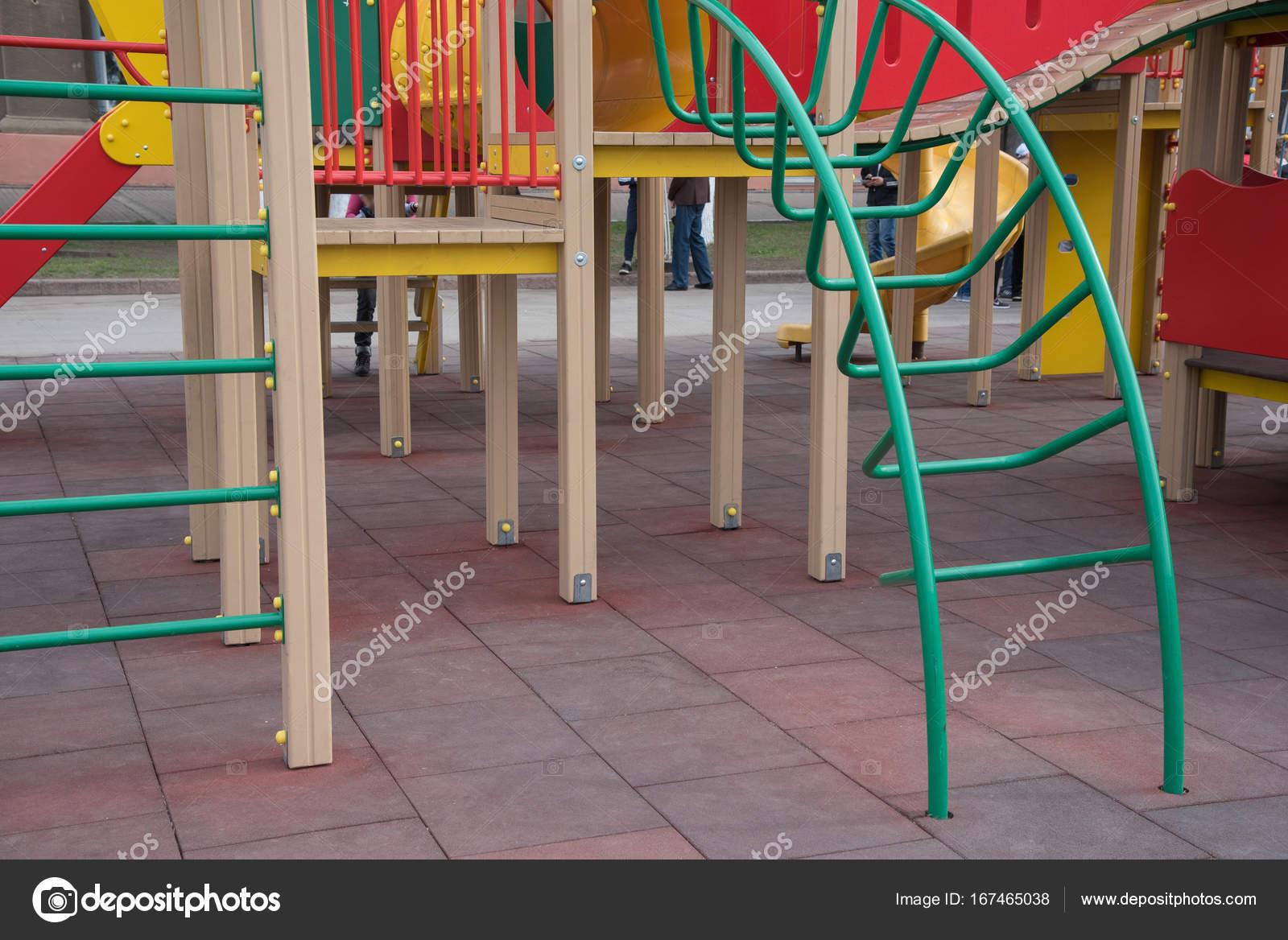 Parco giochi per bambini in strada su piastrelle in gomma u foto