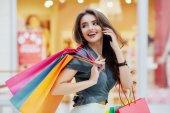 mladá žena s nákupní tašky