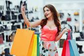 fiatal nő a bevásárló szatyrok