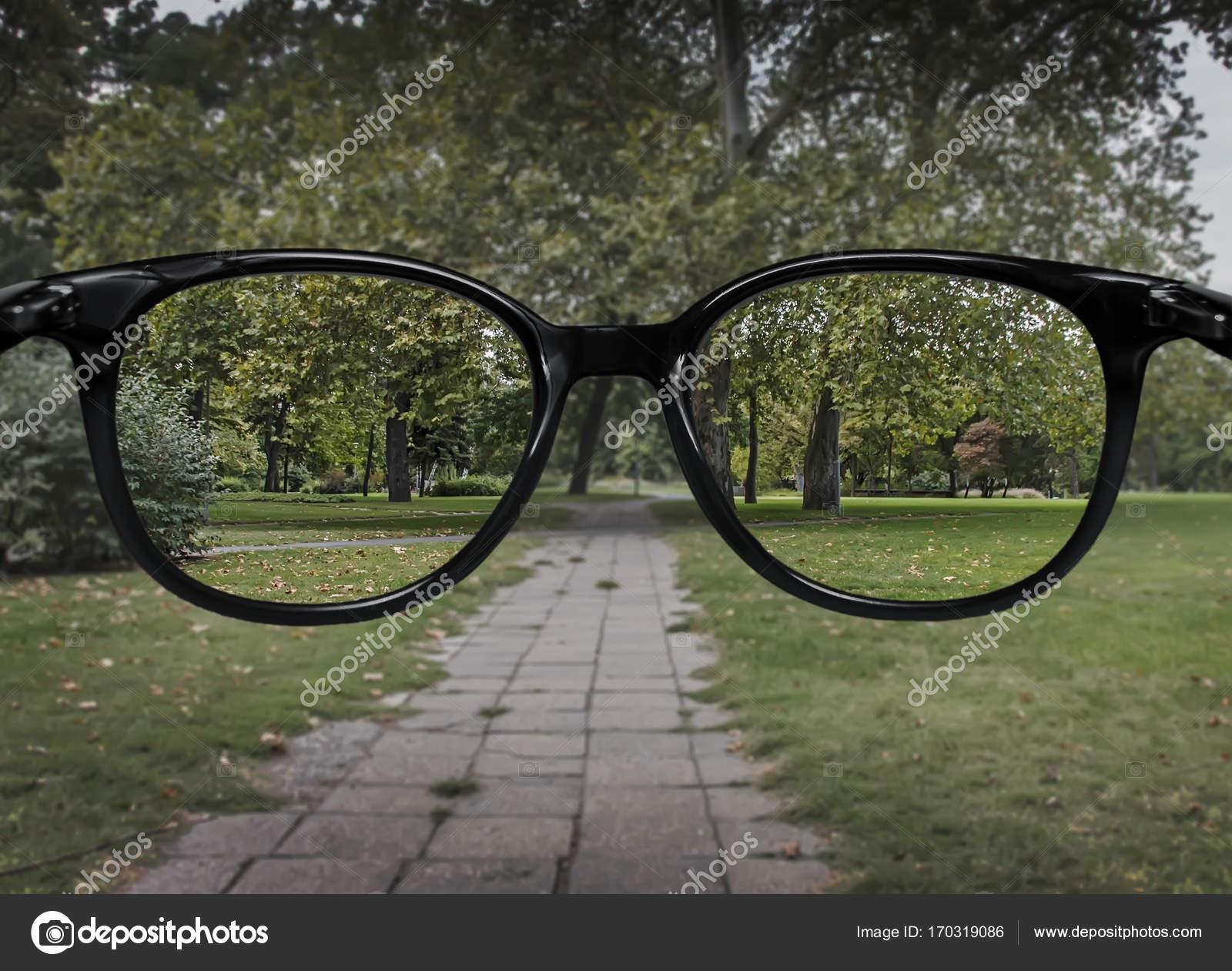 Klare Sicht durch die Brille auf grünen Park Hintergrund — Stockfoto ...