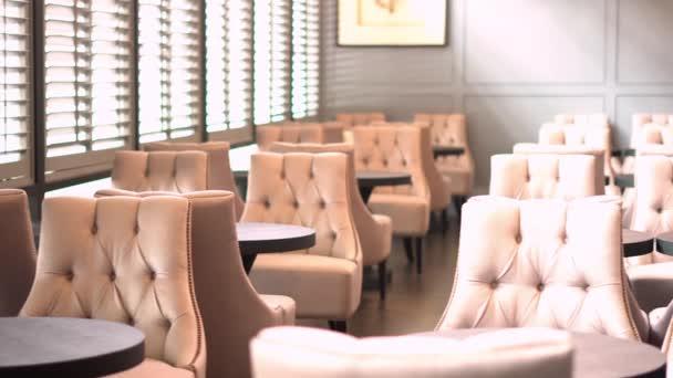 Restaurace video pozadí. Obývací prostor. Křesla Retro styl. Denní světlo. Panorama