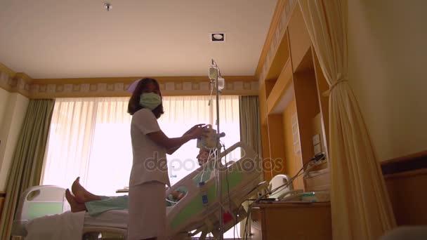 Ženská sestra kontrola kapátko s léky, vykreslování první pomoci pacientovi