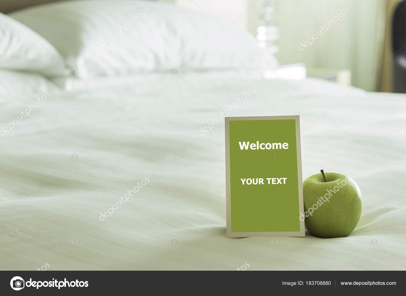 Carte Bienvenue Placée Intérieur Lit Chambre Hôtel Avec ...