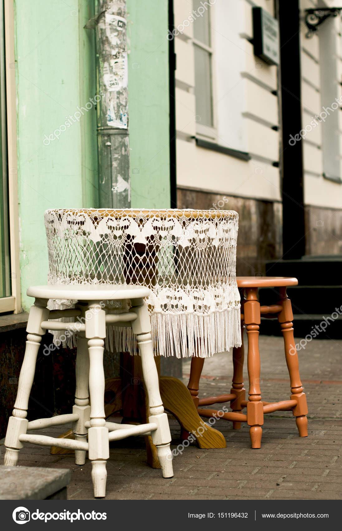 Runder Tisch mit weißer Spitze Tischdecke — Stockfoto © nkrivko ...