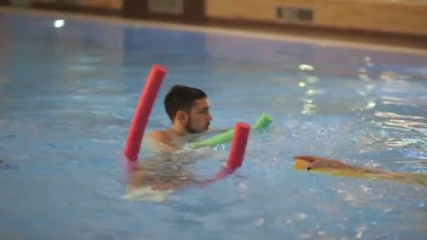 člověk dělá cvičení aqua aerobic