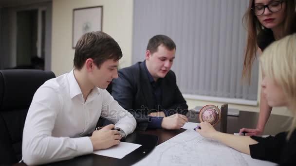 inženýři diskutovat na zasedání