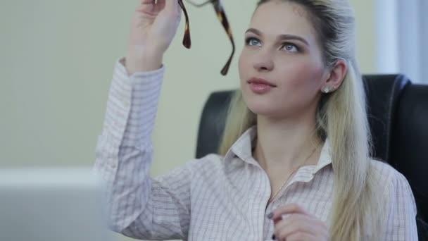 obchodní žena nosí brýle