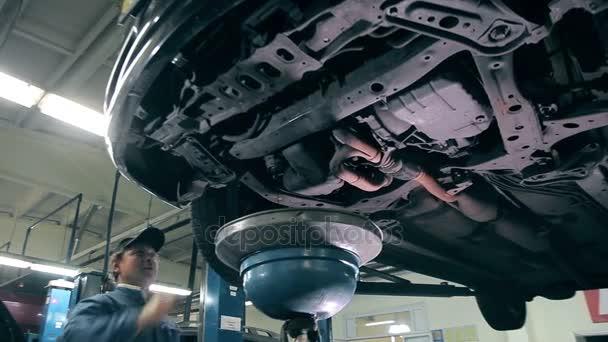 Proces výměny motorového oleje