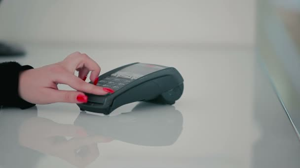žena kreditní kartou