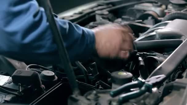 muž ruce kontrola motor