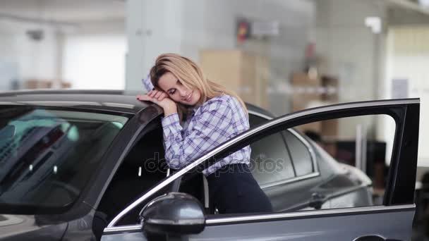 nő átölelve új autó