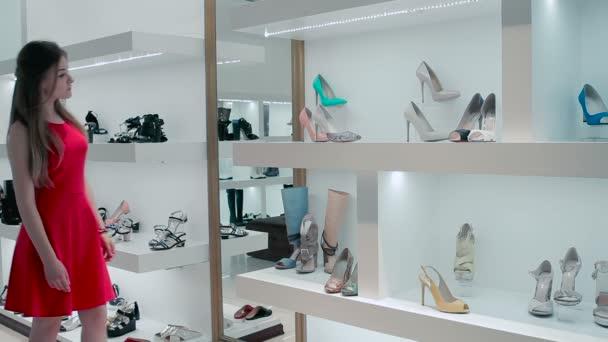 more photos e8d66 99530 Die Mädchen wählen die Schuhe im Laden. Die Mädchen wählen Sie Schuhe rosa  Cilour und gehen in die Garderobe.