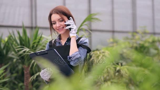 Květinářství, mluví o telefonu