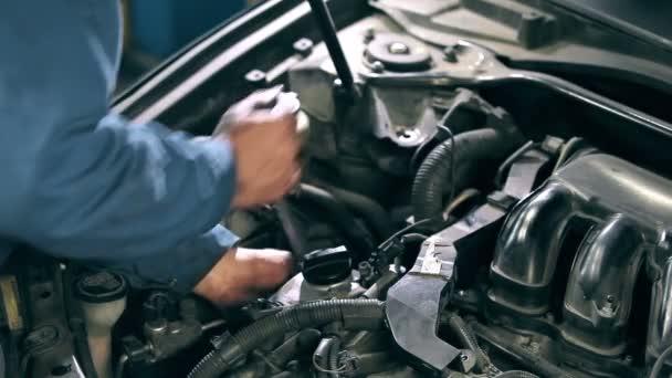 Mechanik je připevněn detail