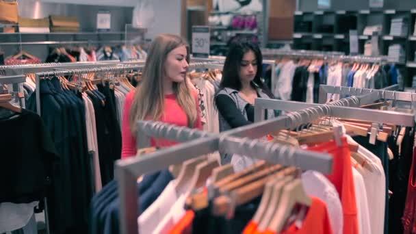 Zoek Kleding.Twee Meisjes Kies Kleding Winkel Vriendinnen Zijn Zoek Naar Het