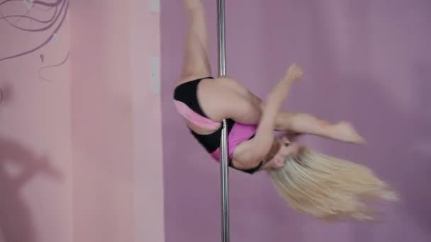 Flexible Frau im Pole Dance studio