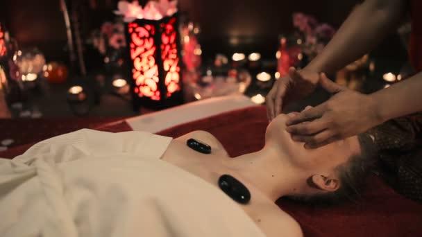 Видео массаж азиатских девушек эротический массаж стол