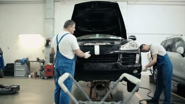 inženýři pracující s autem