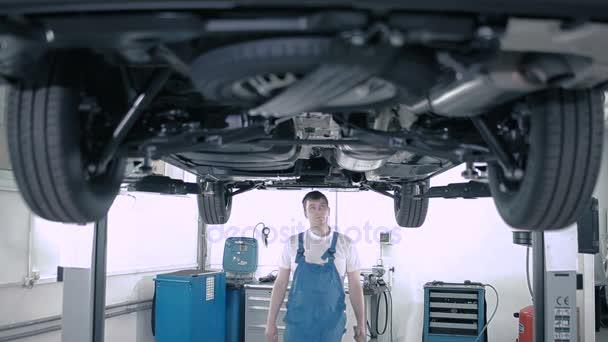 Mechaniker arbeitet mit Auto