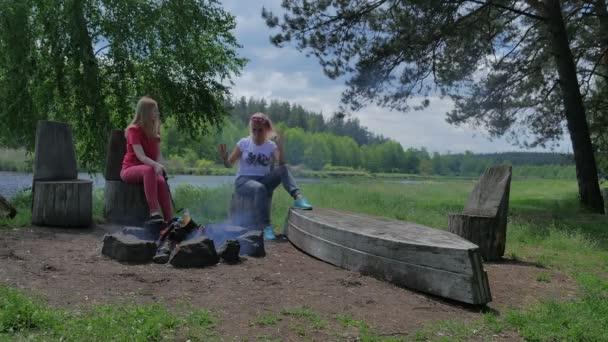 lidé na dovolené na zelený les poblíž jezera venku v přírodě