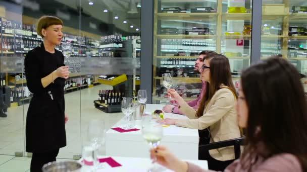 donna sommelier che tiene il vetro con vino bianco sulla degustazione del vino
