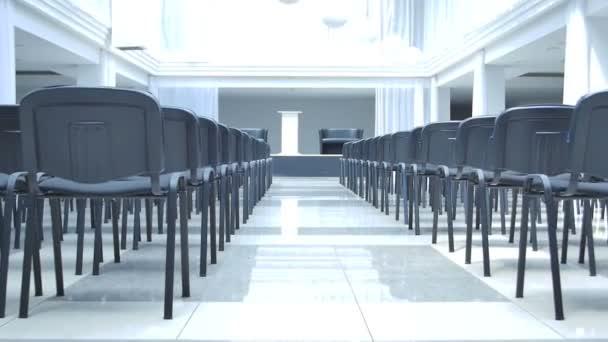 prázdná hala s černými židlemi v moderní kancelářské budovy