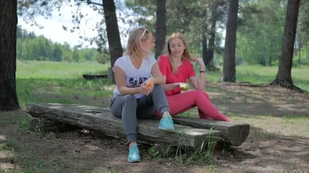 mladá blond ženy relaxační na zelený Les venku v přírodě