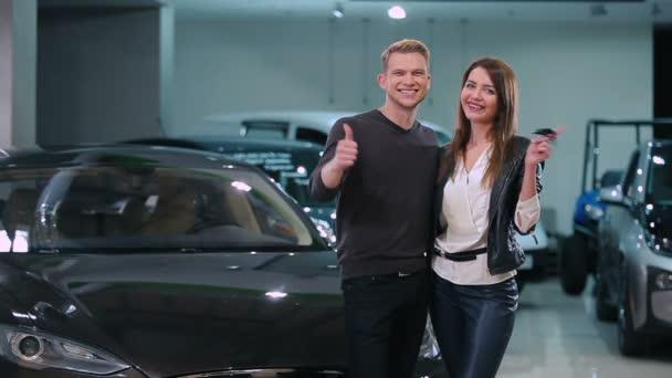 fiatal pár gazdaság kulcs-ból új modern autó kereskedések