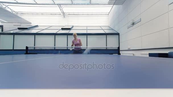 Frau Tennis spielen indoor