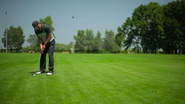 mladý muž hrát golf na zelené trávě na léto v golfového klubu