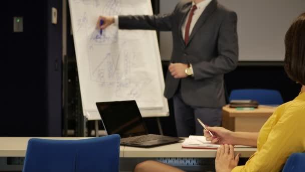 brunetka podnikatelka v žluté tričko pracující s mužem
