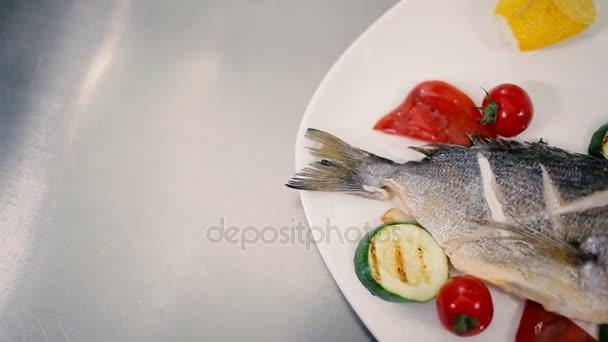 Grilování ryb na talíři