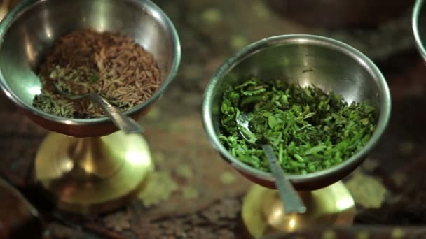 Detail skupina indických koření a bylin v miskách na kovový tác