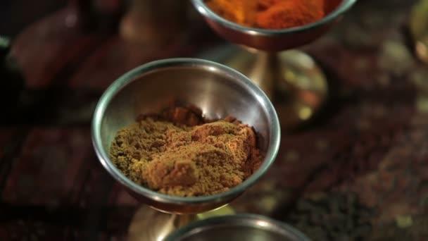 Detail ze sušených indických koření a bylin v miskách