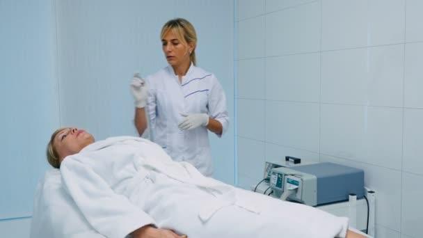 orvos tiszta arc, szőke középső aged női Klinika kozmetológiai