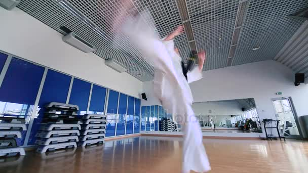 junge Frau üben Karate im Fitness-Studio