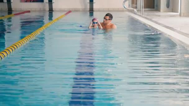 dívka otec výuka plavání